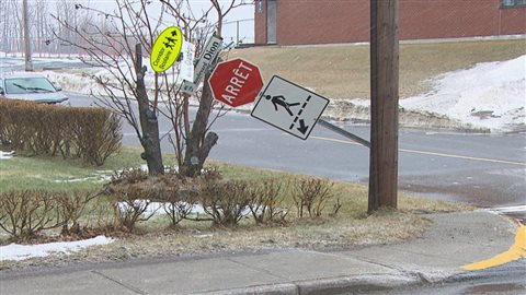 Le vent a tordu ce panneau de circulation.