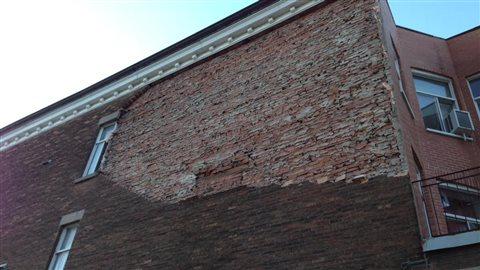 Le sommet de ce mur de briques s'est effondré sur la chaussée à l'angle des rues Ontario et Dorion.