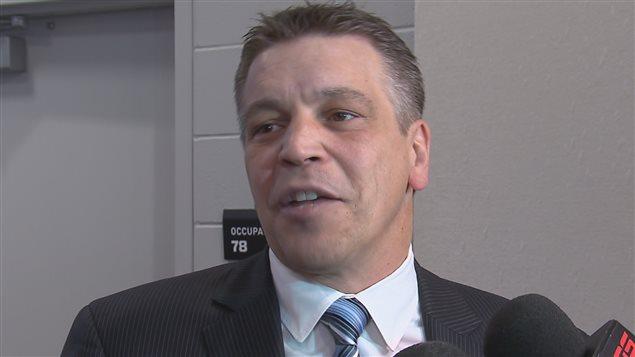 Patrick Dom, directeur général du Tournoi de hockey pee-wee, se réjouit de la venue de Peter Stastny au tournoi.
