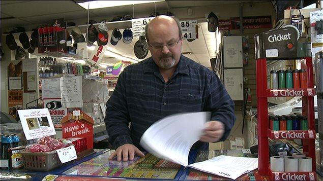 Lance Perkins consulte son relevé de carte de crédit comprenant des frais de près de 8000 $ pour des achats reliés aux jeux.