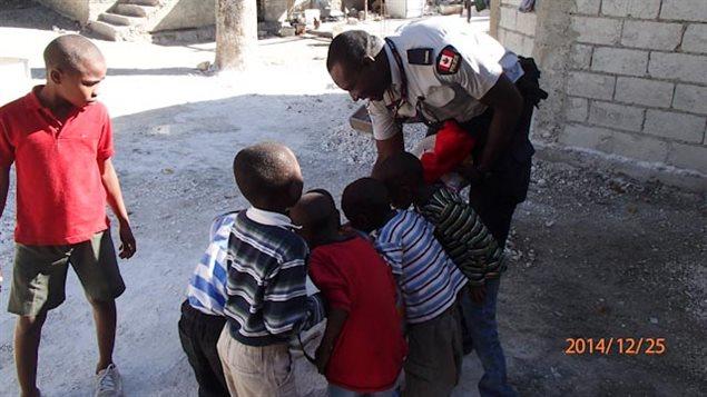 policier-orphelins-haiti