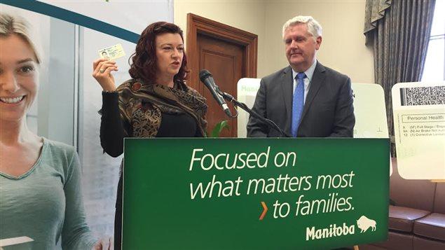 À Winnipeg, la ministre de la Santé Sharon Blady et le ministre de la Justice Gord Mackintosh ont annoncé lundi l'approbation d'une nouvelle carte d'identité multifonction.