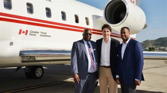 Justin Trudeau avec le premier ministre Timothy Harris (g) et Mark Brantley, le ministre des Affaires étrangères de St-Kitts et Nevis.