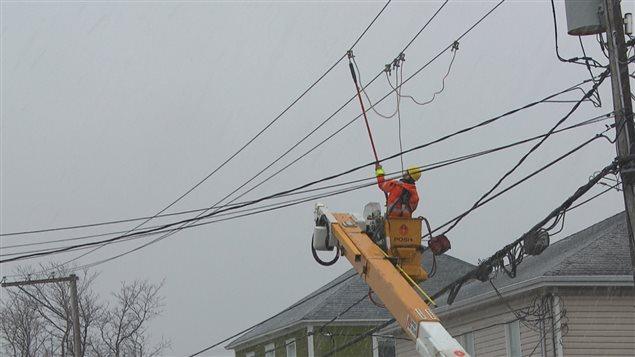 Technicien d'Hydro-Québec au travail