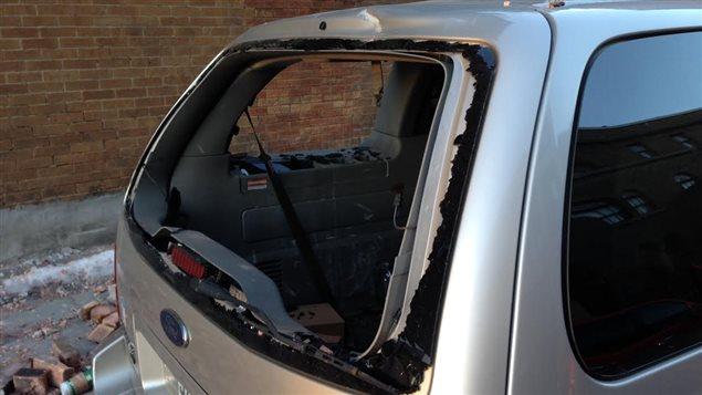 Une voiture a été endommagée par la chute des briques à l'angle des rues Ontario et Dorion.