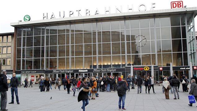Selon le ministre Jäger, près d'un millier d'hommes provenant de pays arabes ou d'Afrique du Nord se sont rassemblés devant la gare de Cologne la nuit du Nouvel An.