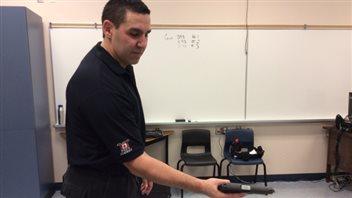 Le simulateur est synchronisé avec une arme à feu qui émet un laser
