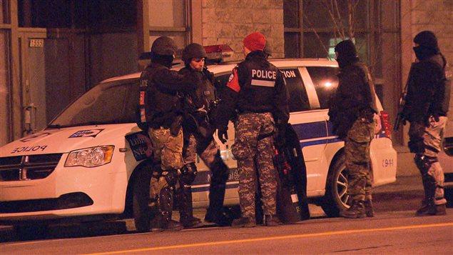 L'homme en crise qui a proféré des menaces de mort à l'endroit de citoyens a été arrêté vers 7h30 mardi.