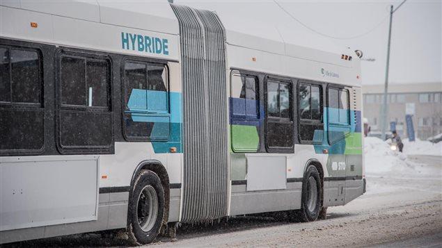 La STO teste le premier autobus articulé hybride fabriqué au Québec.