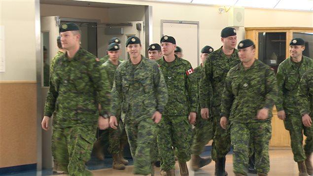 De retour au pays après une mission de sélection des réfugiés syriens, des militaires canadiens arrivent à la base de Gagetown, au Nouveau-Brunswick.