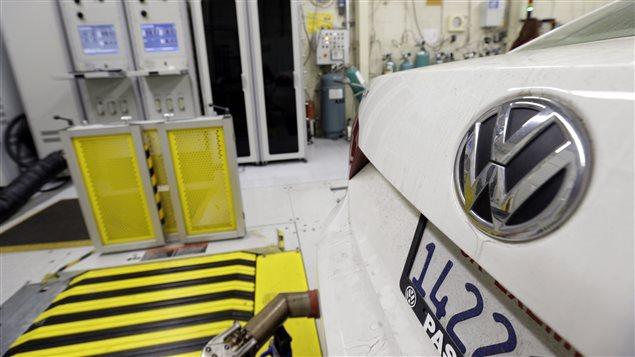 Sur cette photo datant du 30 septembre 2015, le California Air Resources Board (CARB) évalue une voiture de modèle Passat de Volkswagen, dotée d'unmoteur diesel.
