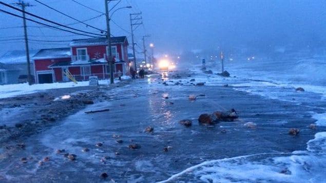L'eau de la mer est montée jusqu'à la route à Mont-Louis et ailleurs en Haute-Gaspésie