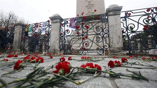 Des fleurs sont déposées devant le lieu de l'attentat de la place Sultanahmet à Istanbul