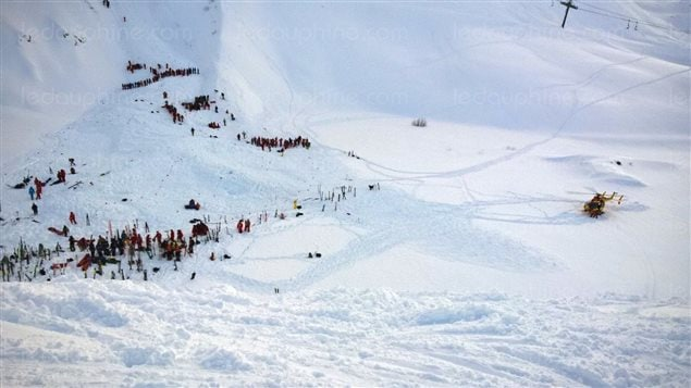 En France, une avalanche a entraîné la mort d'au moins deux skieurs.