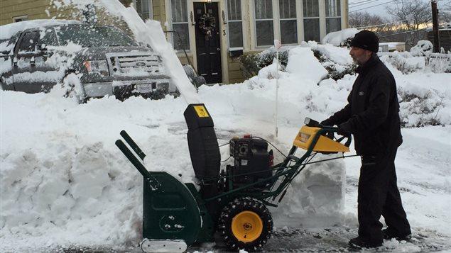 Un résident d'Halifax déblaie sa cour