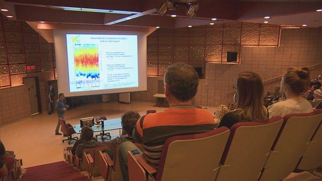 Le chercheur scientifique de Pêches et Océans Canada à l'Institut Maurice-Lamontagne présente les résultats de ses recherches.