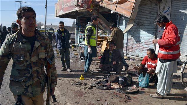 Des policiers et des secouristes pakistanais arrivent sur les lieux d'un attentat suicide contre un centre de vaccination contre la polio à Quetta, au Pakistan.