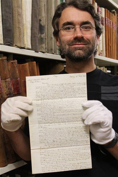 L'archiviste du Musée de la Gaspésie, Jeannot Bourdages, présente une lettre envoyée en 1842 de Jersey pour la Compagnie Robin.