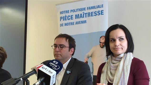 Louis Sénécal (à gauche) était accompagné d'une mère, Valérie Bilodeau, en conférence de presse à Gatineau jeudi matin.