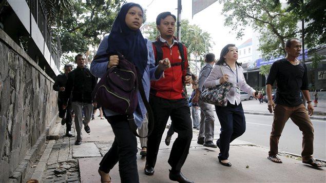 Des travailleurs sont évacués après que des explosions se soient produites à Jakarta, le 14 janvier 2016.