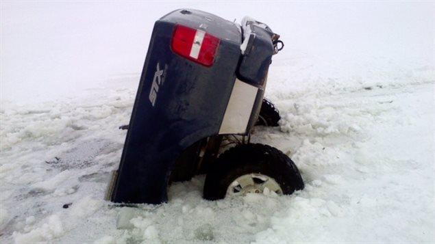 Le camion de Robert Bland a coulé à travers la glace à Split Lake, dans le nord du Manitoba.
