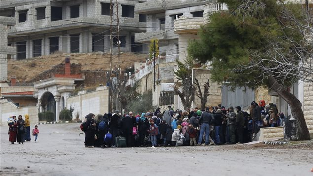 Des Syriens attendent l'aide humanitaire à Madaya, en Syrie.