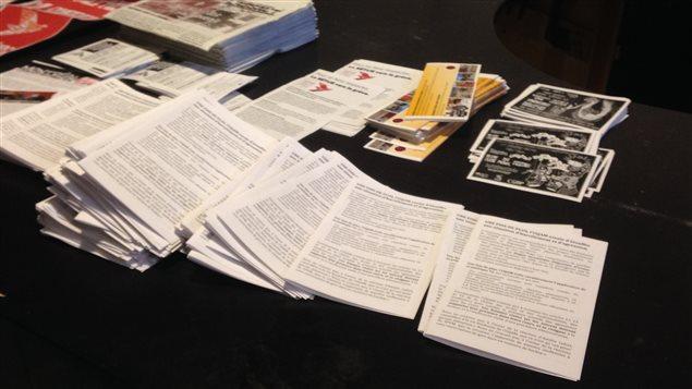 Plusieurs tracts dénoncent l'inaction de l'UQAM dans le traitement d'une plainte pour harcèlement sexuel.