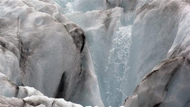 Sur cette photo datant d'août 2015, on voit le Mont Baker, dans l'État de Washington, sur lequel un glacier se rétrécit et bat en retraite.
