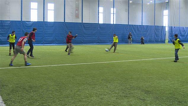 Des réfugiés syriens jouent au soccer à Halifax.
