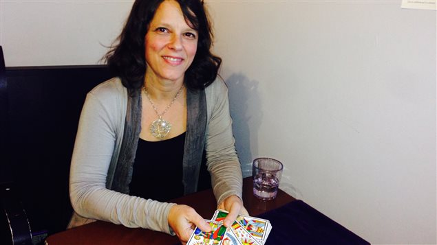 Joyce Prieur lit le tarot au Café Le Tassé de Sherbrooke.