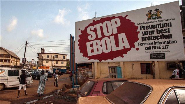Une affiche faisant la promotion de la prévention contre le virus Ebola à Freetown, en Sierra Leone (15 janvier 2016)