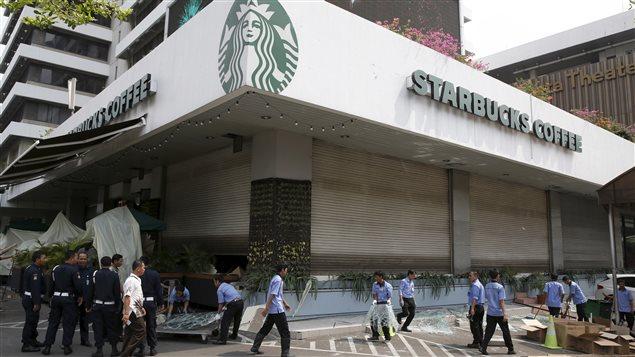 Le nettoyage se poursuit sur le site de ce café qui a été ciblé lors de l'attaque.