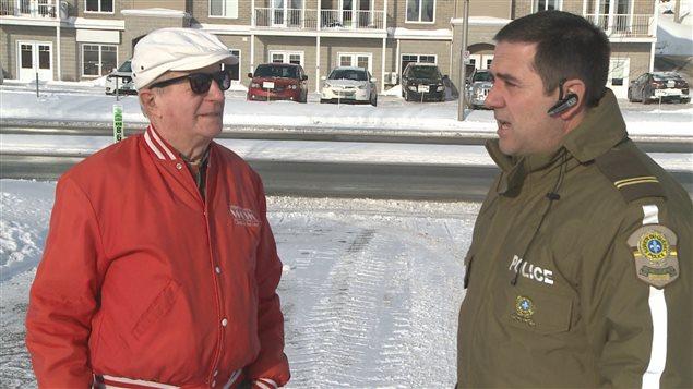La victime de l'agression, Éloi Simard, en compagnie de Claude Doiron, porte-parole de la Sûreté du Québec