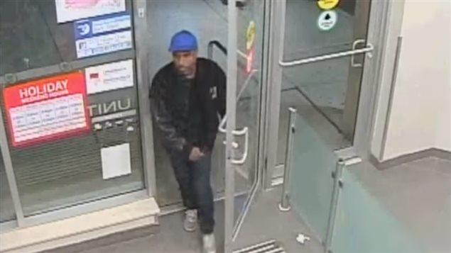 La police recherche cet homme qu'elle soupçonne d'avoir voler pour 1 500 $ de gommes.