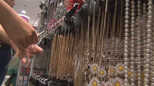 Les bijoux analysés sont en vente dans les magasins Also et Ardène.