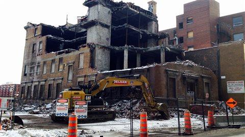 L'ancien édifice des services de l'immigration du Canada, situé au 1162 rue Saint-Antoine Ouest, est en train d'être détruit.