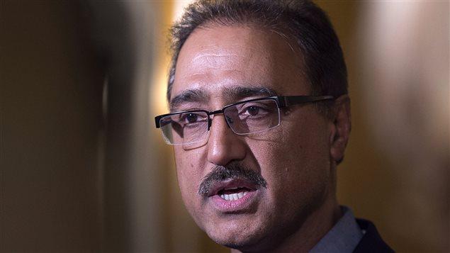 Le ministre de l'Infrastructure, Amarjeet Sohi, s'adresse aux journalistes, lors d'une rencontre à Saint Andrews, au Nouveau-Brunswick.
