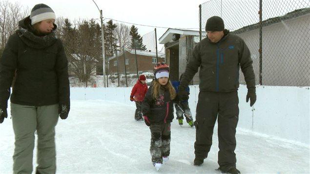 Sébastien Audy apprend à sa fille comment patiner.