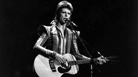 David Bowie lors du dernier concert de Ziggy Stardust au Hammersmith Odeon de Londres en 1973