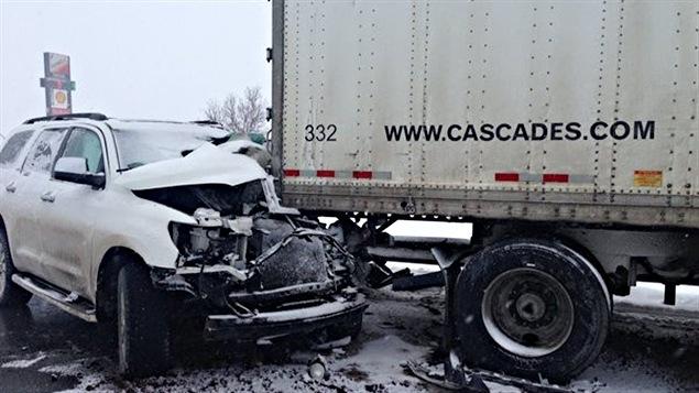 Un véhicule utilitaire sport a embouti un poids lourd sur l'autoroute 20 à Sainte-Hélène-de-Bagot.