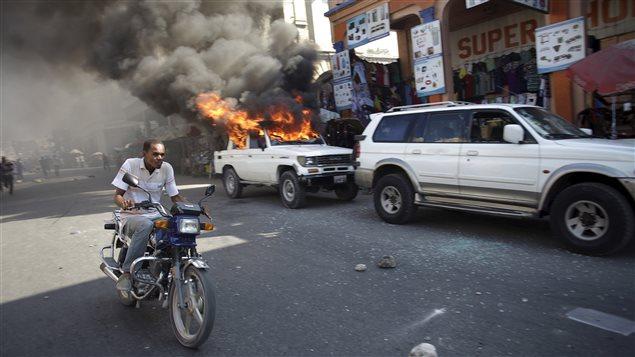 Une voiture brûle durant une manifestation à Port-au-Prince, à Haïti, le 18 janvier 2016.
