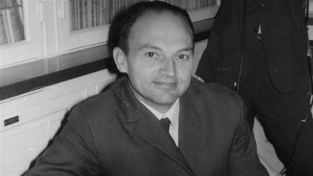 Michel Tournier, lors d'une séance de dédicaces pour son livre «Le roi des Aulnes» en 1970