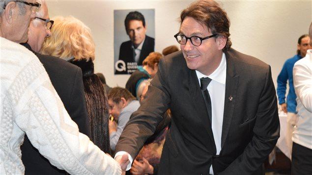 Pierre Karl Péladeau serre la main de militants