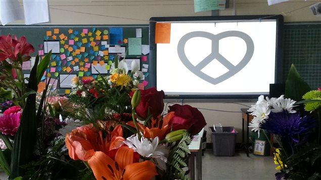 Les élèves et enseignants ont affiché des messages d'amour et de paix.