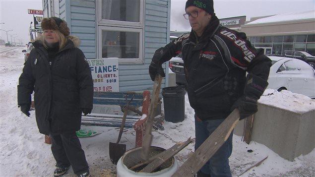 Les employés de garage défont leurs abris de fortune