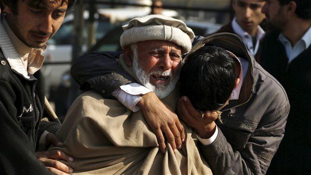 Des gens pleurent la mort de leurs proches après un attentat suicide près de Peshawar au Pakistan, le 19 janvier 2016.