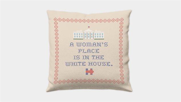 Un oreiller faisant la promotion de la candidature présidentielle d'Hillary Clinton