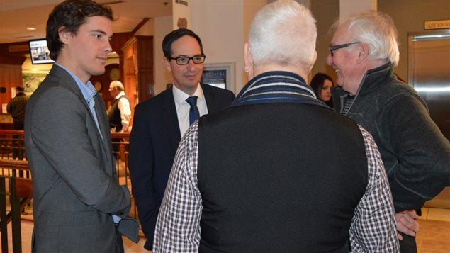 L'ex-député de Chicoutimi, Stéphane Bédard, a rencontré des militants du Parti québécois