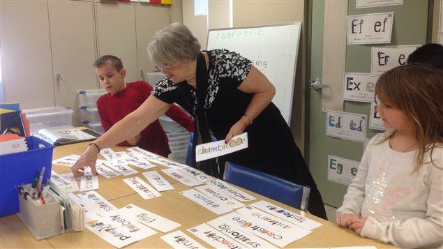 Irène Lamontagne Bouchard utilise des pictogrammes pour montrer à lire.