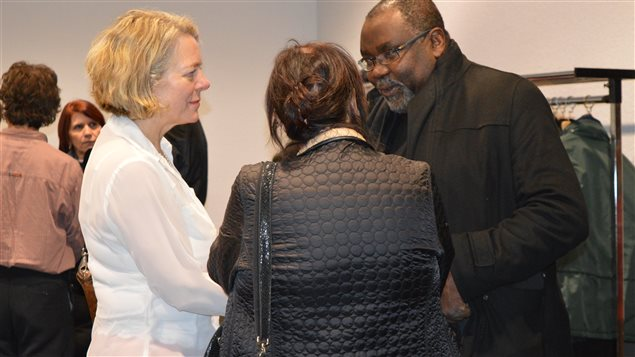 Mireille Jean discute avec le député Maka Kotto
